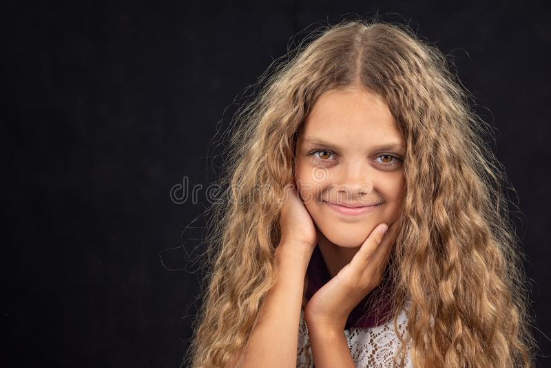 Close-upportret van een vrolijk tien éénjarigenmeisje op zwarte achtergrond royalty-vrije stock fotografie