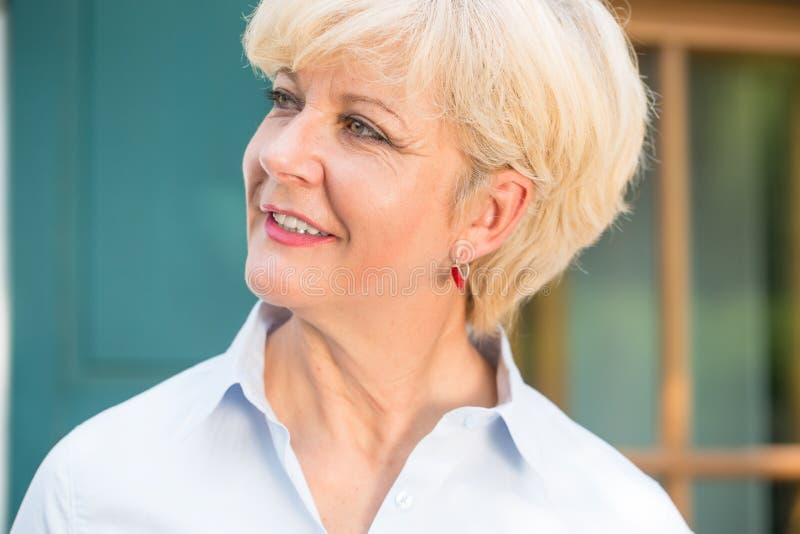 Close-upportret van een vrolijke hogere vrouw met goede gezondheid royalty-vrije stock fotografie