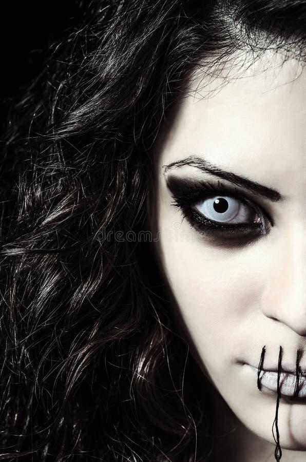 Close-upportret van eng vreemd meisje met gesloten genaaid mond stock foto's