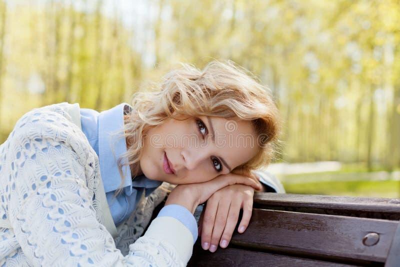 Close-upportret van gelukkig mooi blondevrouw of meisje in openlucht in zonnige dag, harmonie, gezondheid, vrouwelijkheid, duidel stock foto