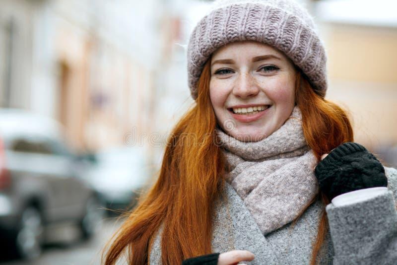 Close-upportret van gelukkig rood haired meisje met natuurlijke make-up wa royalty-vrije stock afbeelding