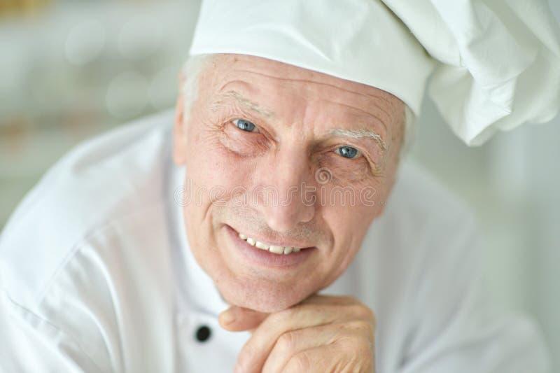 Close-upportret van gelukkige bejaarde mannelijke chef-kok royalty-vrije stock afbeelding
