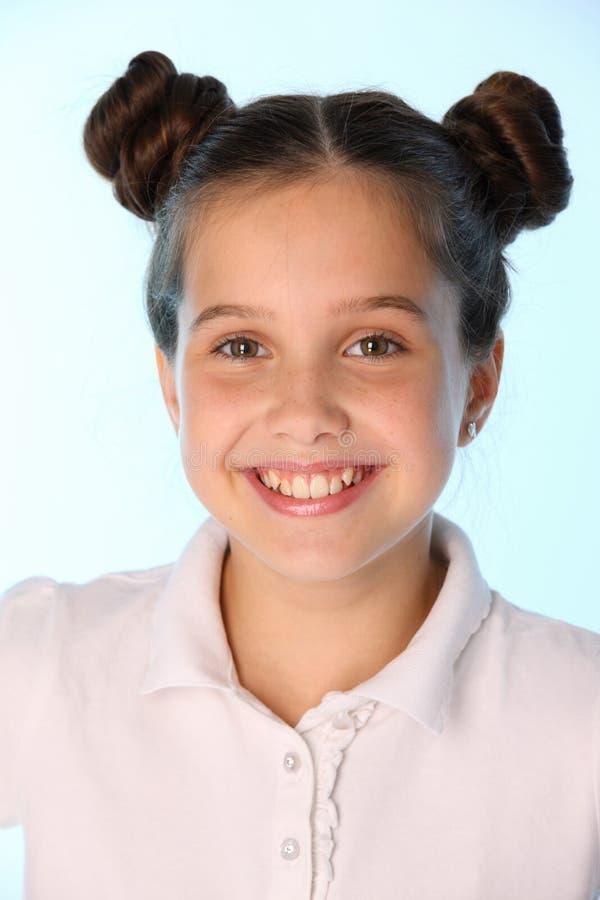 Close-upportret van glimlachen van een de mooie donkerbruine kindmeisje stock afbeeldingen