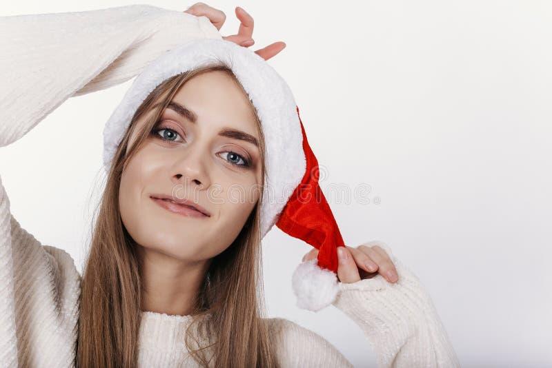 Close-upportret van glimlachende blonde vrouw in Santa Claus Hat stock afbeeldingen