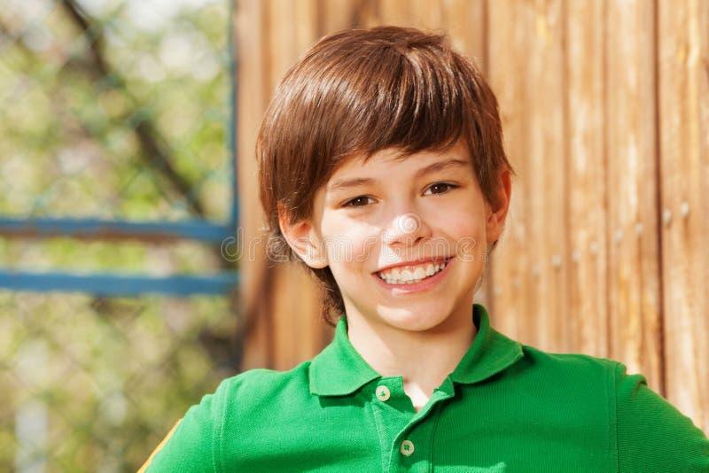 Close-upportret van glimlachende donker-haired jongen royalty-vrije stock foto