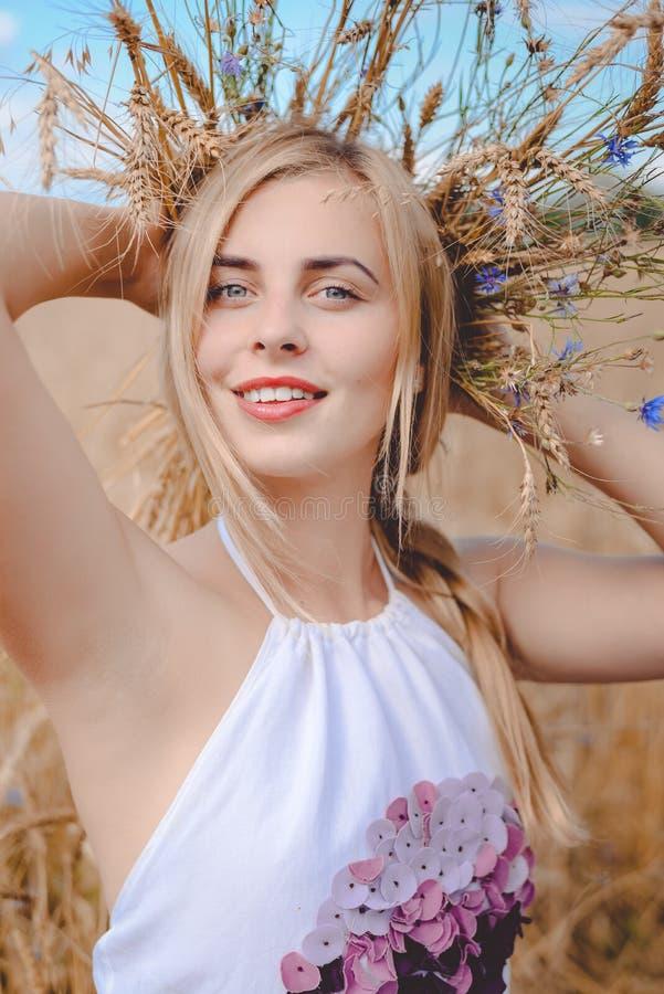 Close-upportret van glimlachende jonge blonde dame met stock foto