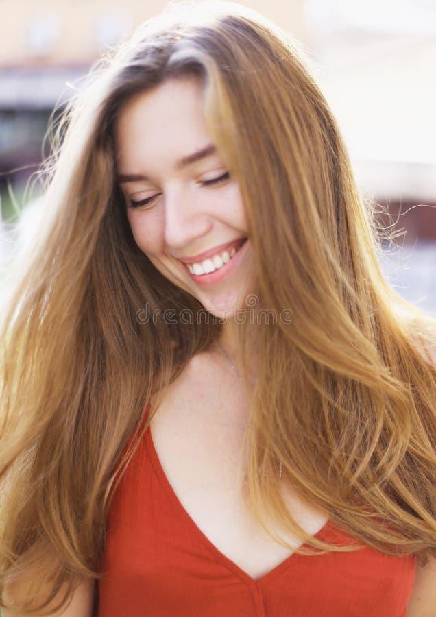 Close-upportret van glimlachende mooie vrouw royalty-vrije stock afbeeldingen