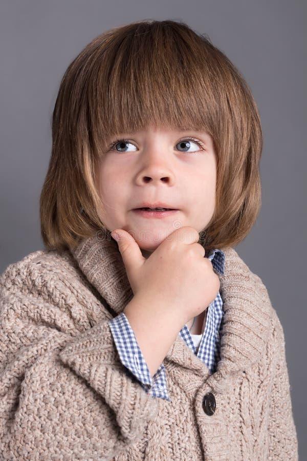 Close-upportret van grappig weinig jongen vier jaar oud met een grappige uitdrukking stock fotografie