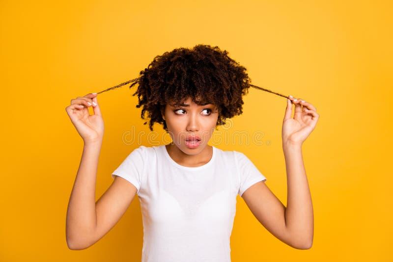 Close-upportret van haar zij aantrekkelijke zenuwachtige wavy-haired dame wat betreft het tonen van de dikke keratine van de krul stock foto's