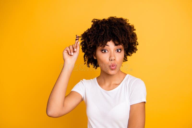 Close-upportret van haar zij het aardige leuke aantrekkelijke meisjesachtige grappige vrolijke flirty flirt wavy-haired dame spel stock foto