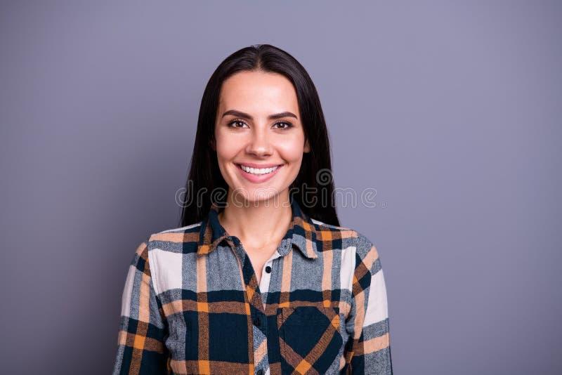 Close-upportret van haar zij het mooie aantrekkelijke mooie inhouds vrolijke vrolijke recht-haired dame gecontroleerd dragen royalty-vrije stock fotografie