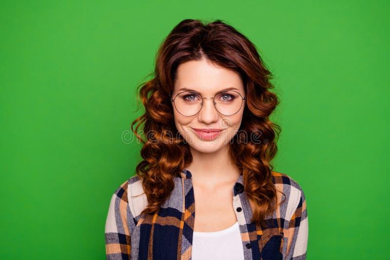 Close-upportret van haar zij het mooie mooie vrij aantrekkelijke aantrekkelijke vrolijke vrolijke wavy-haired meisje dragen stock afbeelding