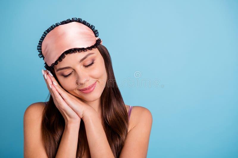 Close-upportret van haar zij mooi aantrekkelijk mooi lief zoet vrouwelijk vrolijk meisje die rust gesloten ogen hebben stock foto