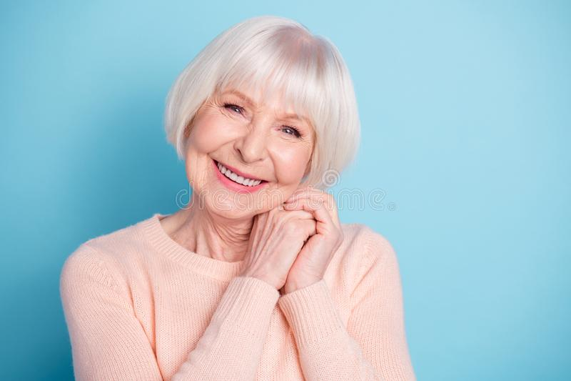 Close-upportret van haar zij mooie aantrekkelijke mooie zoete gezonde verzorgde vrolijke vrolijke blije grijs-haired dame royalty-vrije stock fotografie