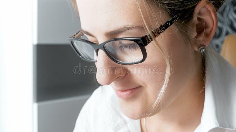 Close-upportret van het jonge geconcentreerde vrouwelijke manager werken in bureau royalty-vrije stock foto