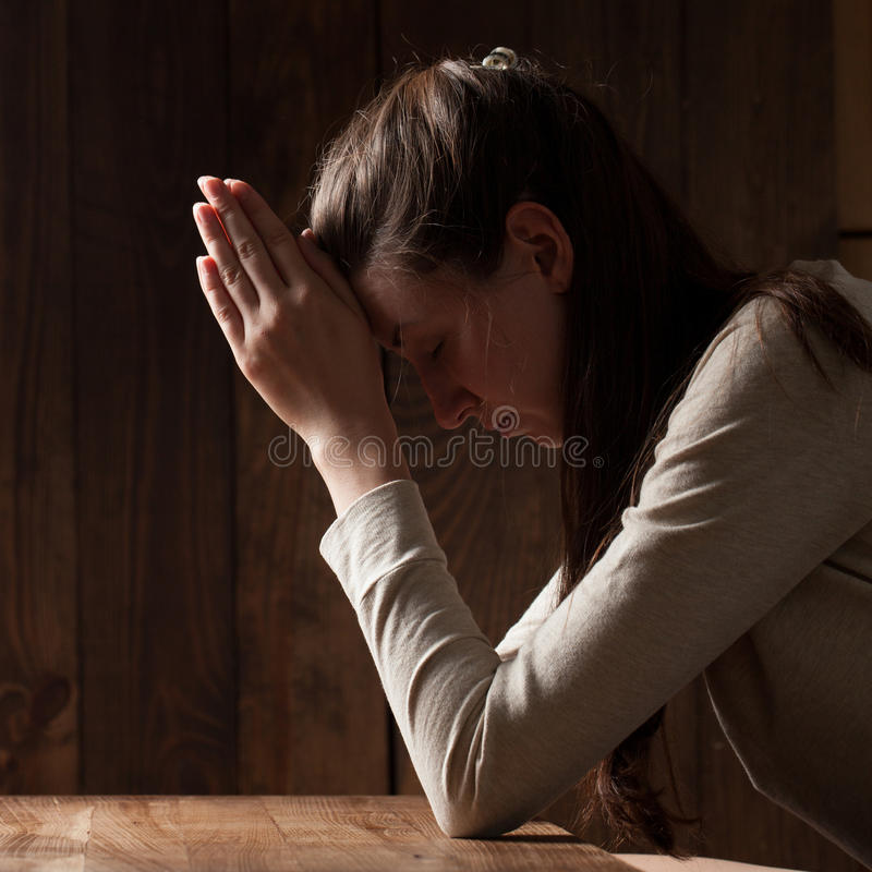 Close-upportret van het jonge vrouw bidden stock fotografie