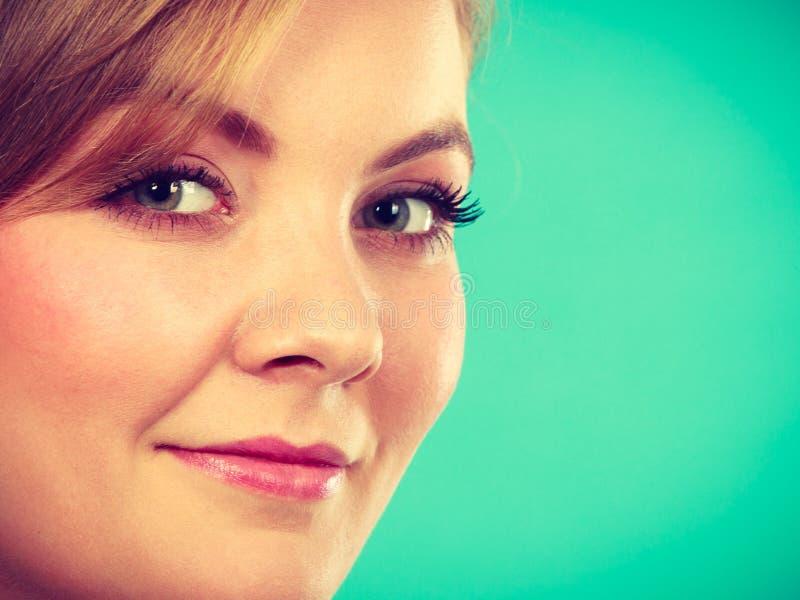 Close-upportret van het mooie aantrekkelijke vrouw glimlachen stock afbeeldingen