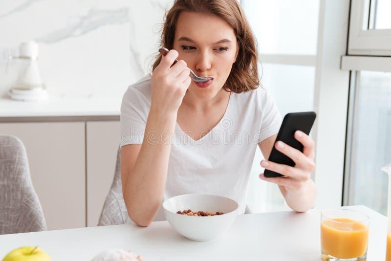 Close-upportret van het mooie meisje babbelen op mobiele telefoonwhi stock afbeeldingen