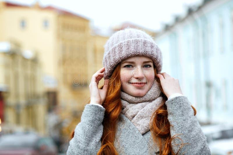 Close-upportret van het prachtige rode haired meisje gebreid dragen stock afbeelding