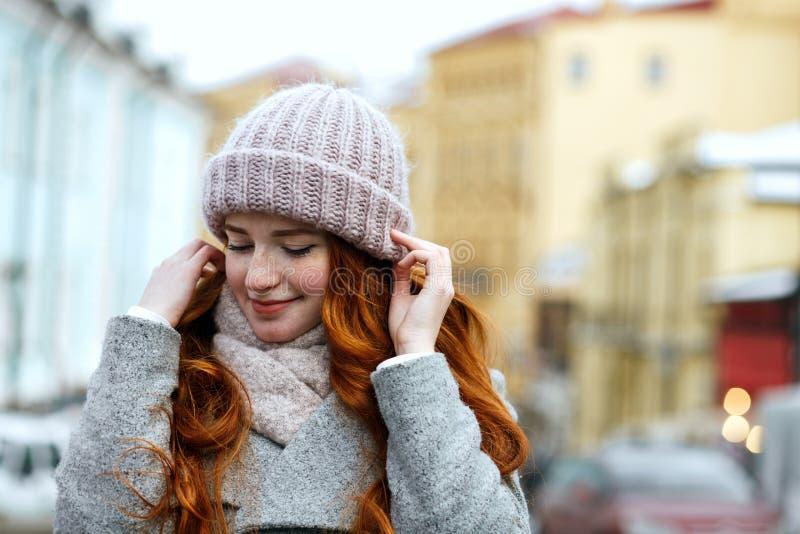 Close-upportret van het prachtige rode haired meisje gebreid dragen wa stock afbeelding