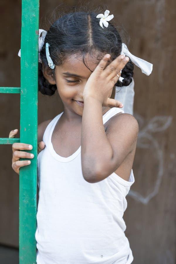 Close-upportret van het schuwe schuchtere jonge vrij Indische meisjeskind kijken weg en het behandelen van oog Schuw concept royalty-vrije stock foto