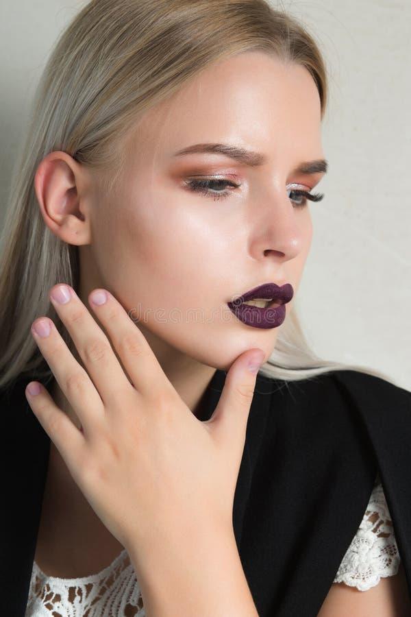 Close-upportret van het verbazen van blondevrouw met purpere lippenwearin royalty-vrije stock foto's