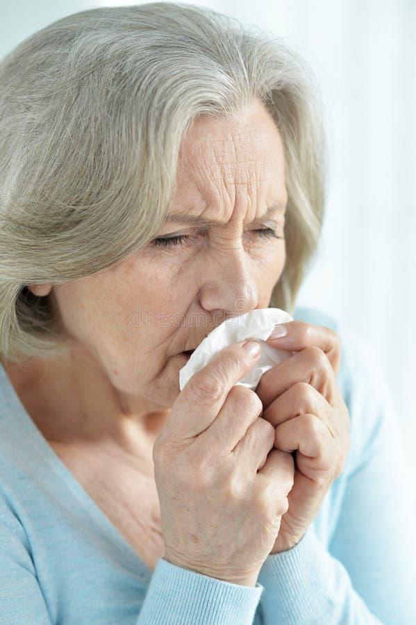 Close-upportret van het zieke hogere vrouw hoesten stock afbeeldingen
