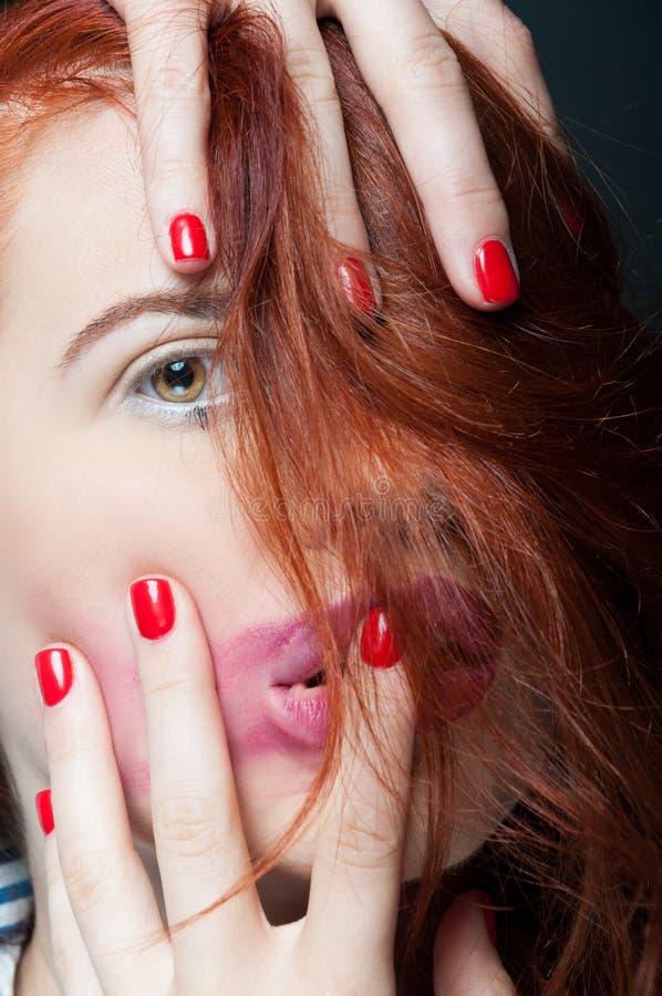 Close-upportret van jong meisje met gesmeerde lippenstift royalty-vrije stock foto