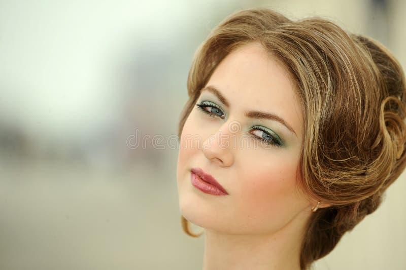 Close-upportret van jong mooi blond meisje royalty-vrije stock afbeelding