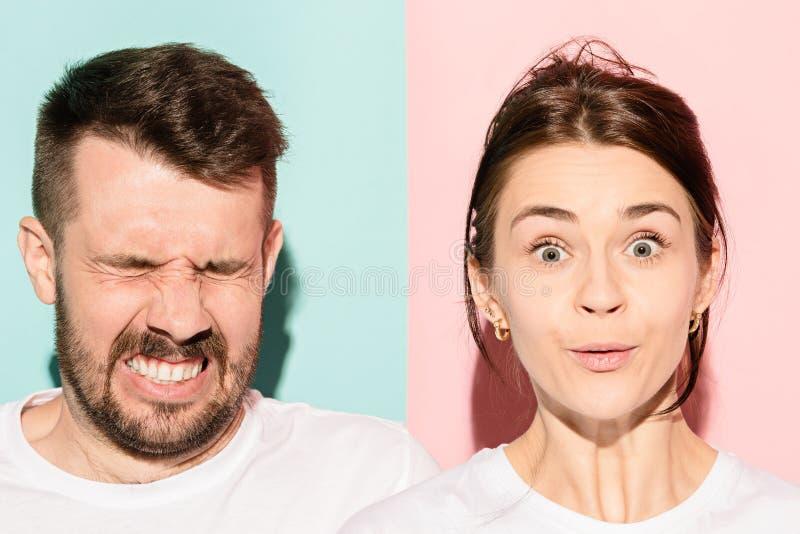 Close-upportret van jong paar, man, vrouw Één die het opgewekte gelukkige glimlachen, andere ernstig, betrokken, ongelukkig op ro royalty-vrije stock foto's