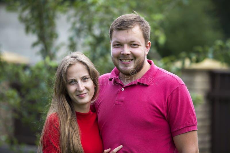 Close-upportret van jonge aantrekkelijke gelukkige romantische het glimlachen cou stock foto's