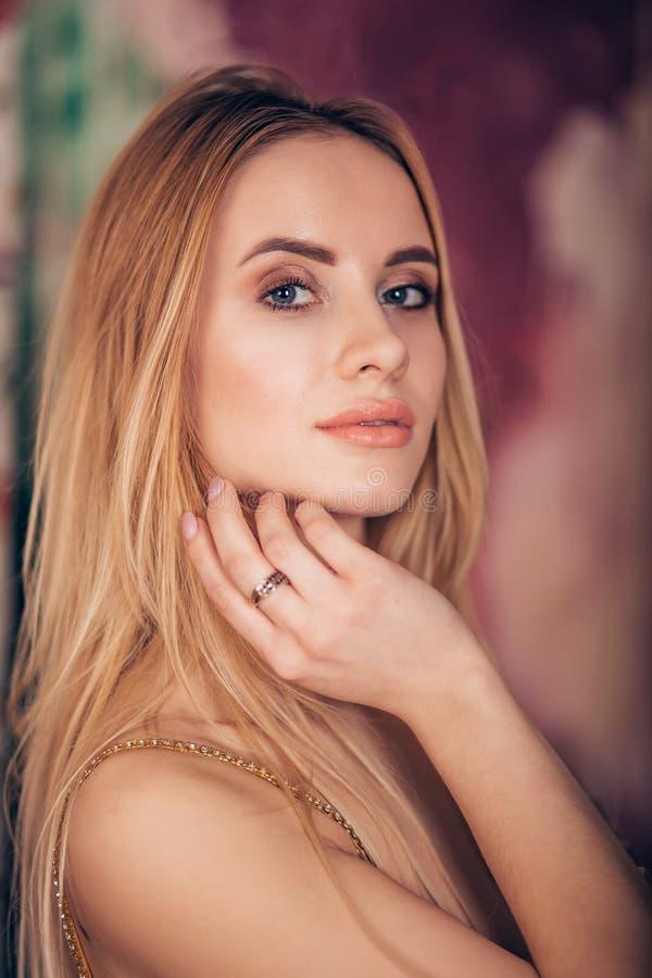 Close-upportret van jonge blondevrouw die met heldere make-up camera bekijken Kuuroord, zorg, schone huid, de jeugd, schoonheid royalty-vrije stock fotografie