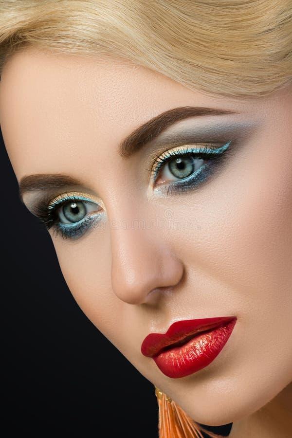 Close-upportret van jonge blondevrouw met rode lippen stock afbeeldingen