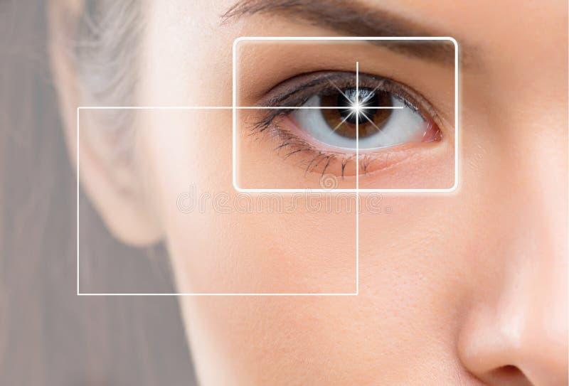 Close-upportret van jonge en mooie vrouw met het virtuele hologram op haar ogen royalty-vrije stock afbeelding