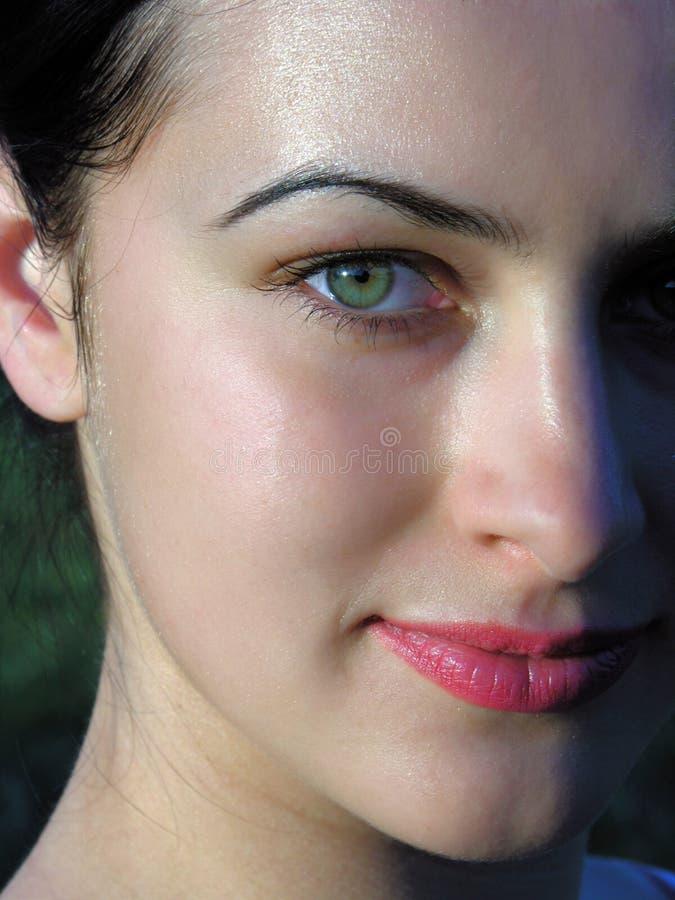 Close-upportret van jonge modieuze vrouw royalty-vrije stock fotografie
