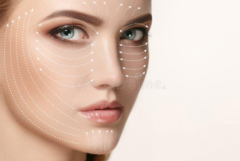 Close-upportret van jonge, mooie en gezonde vrouw met pijlen op haar gezicht stock afbeelding