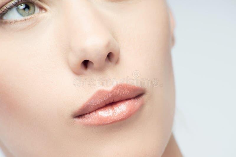Close-upportret van jonge mooie groene eyed stock afbeeldingen