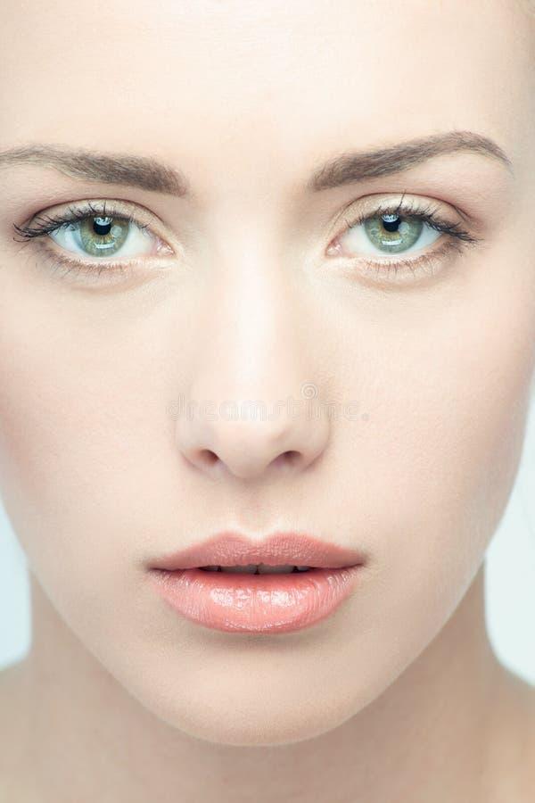 Close-upportret van jonge mooie groene eyed stock foto