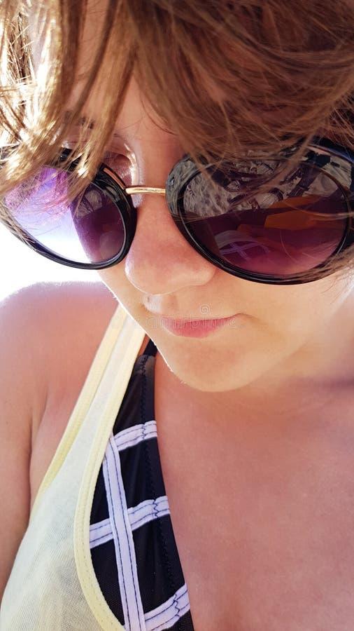 Close-upportret van jonge mooie tiener in zonnebril royalty-vrije stock afbeelding