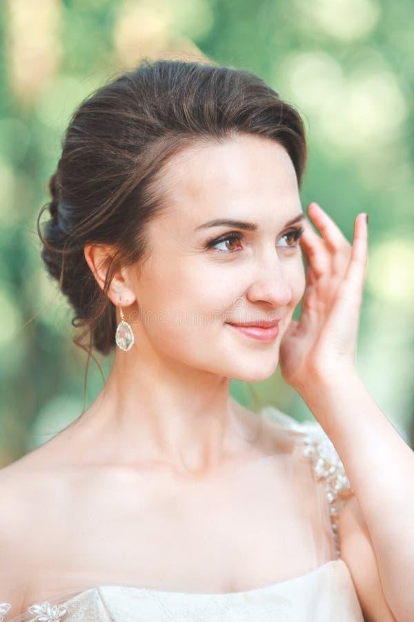 Close-upportret van jonge schitterende bruid openlucht Huwelijksmake-up en kapsel royalty-vrije stock foto's