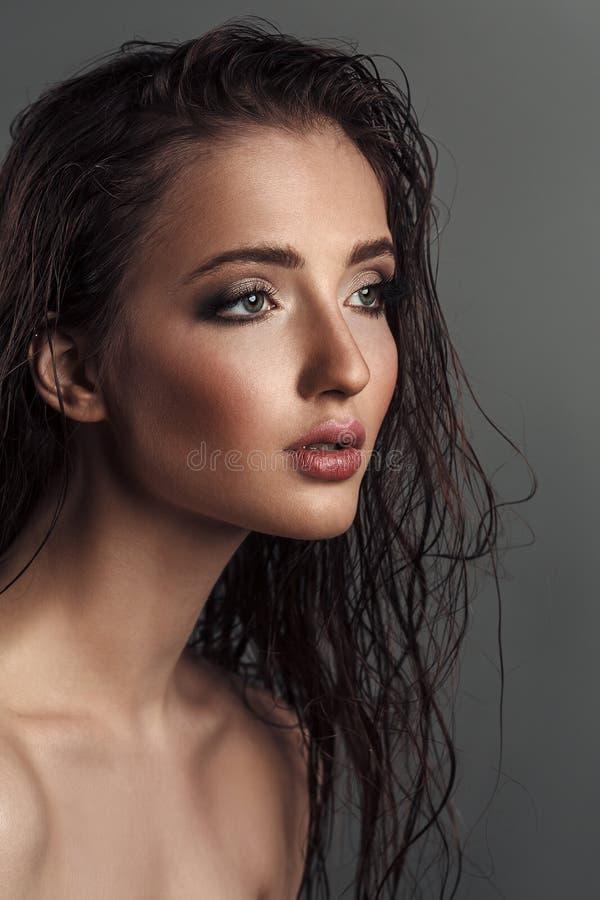 Close-upportret van jonge sensuele vrouw met nat haar stock foto's