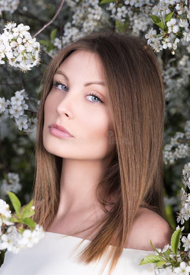 Close-upportret van jonge vrouw in de lente tot bloei komende tuin Naakte make-up royalty-vrije stock foto