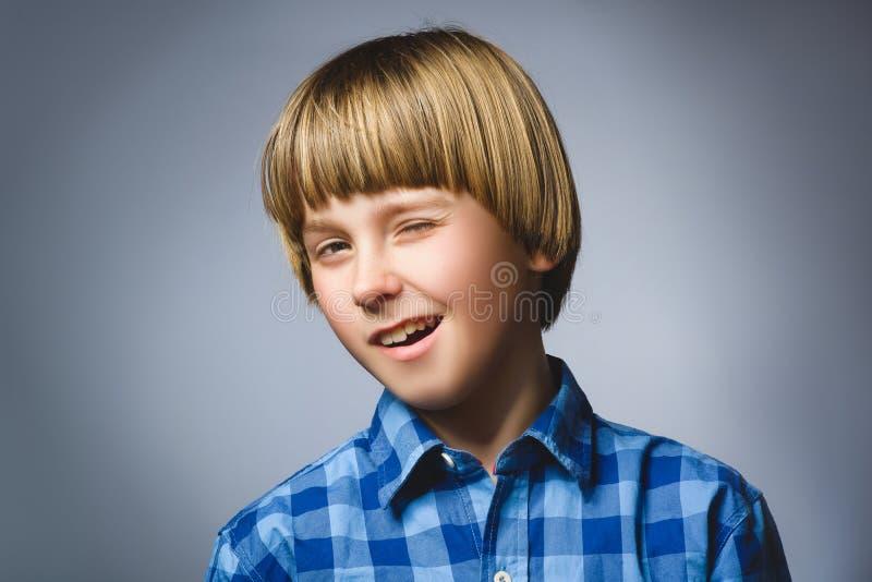 Close-upportret van knappe jongen, over een grijze achtergrond royalty-vrije stock fotografie