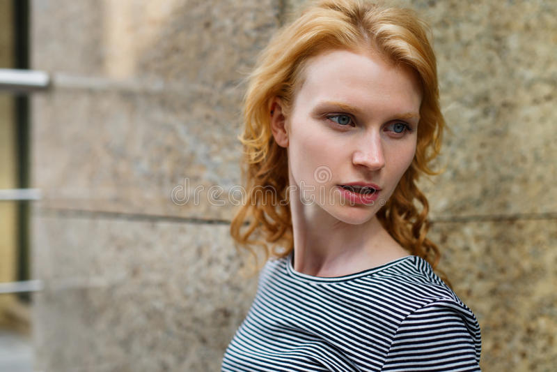 Close-upportret van krullend roodharig blauw-eyed meisje royalty-vrije stock fotografie