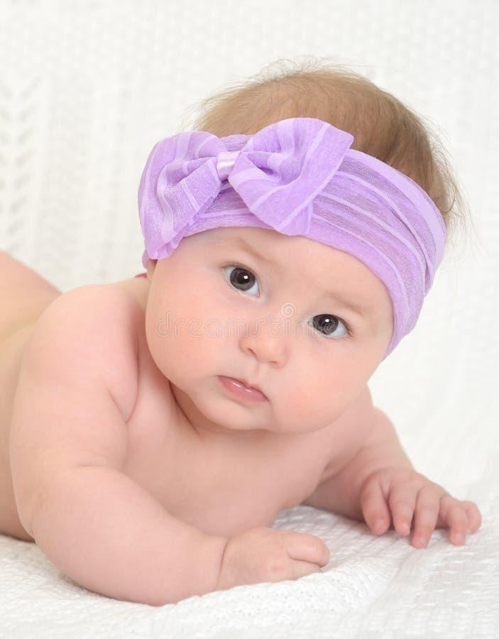 Close-upportret van leuk weinig babymeisje stock fotografie