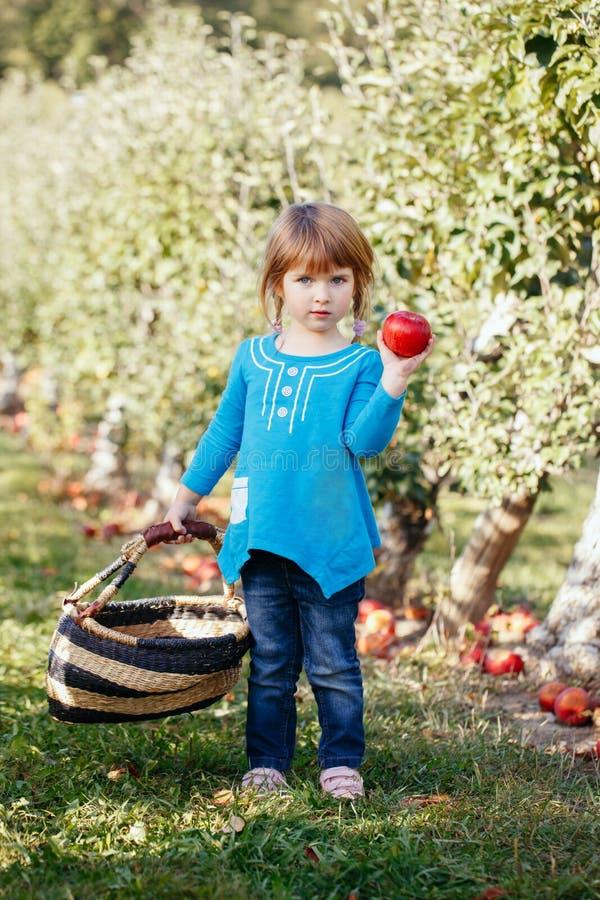 Close-upportret van leuke aanbiddelijk weinig roodharig Kaukasisch meisjeskind met blauwe ogen stock foto