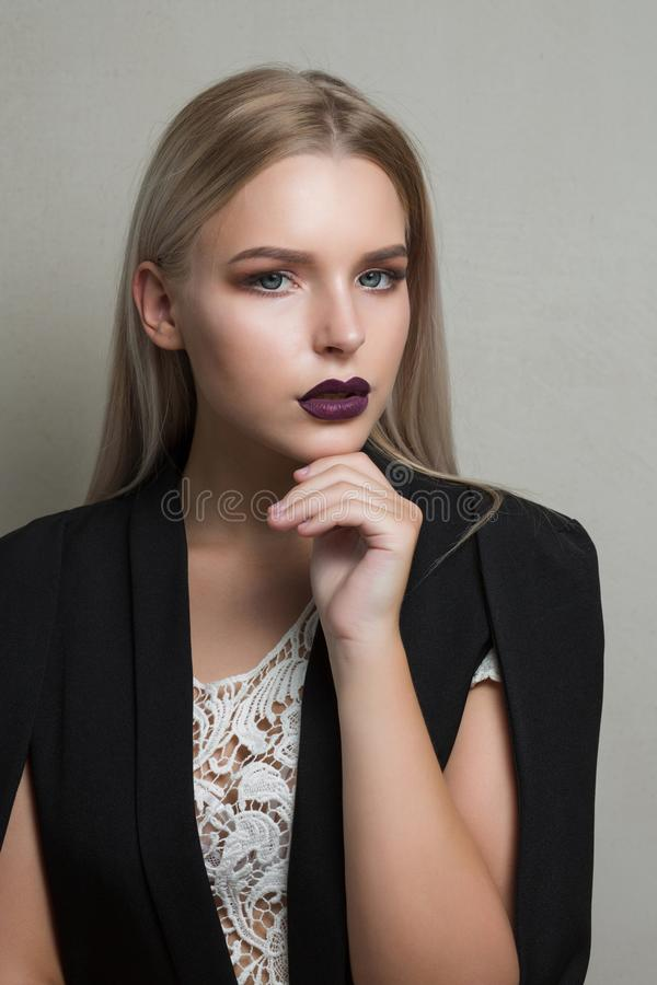 Close-upportret van luxueus blondemodel met purpere lippenslijtage royalty-vrije stock foto