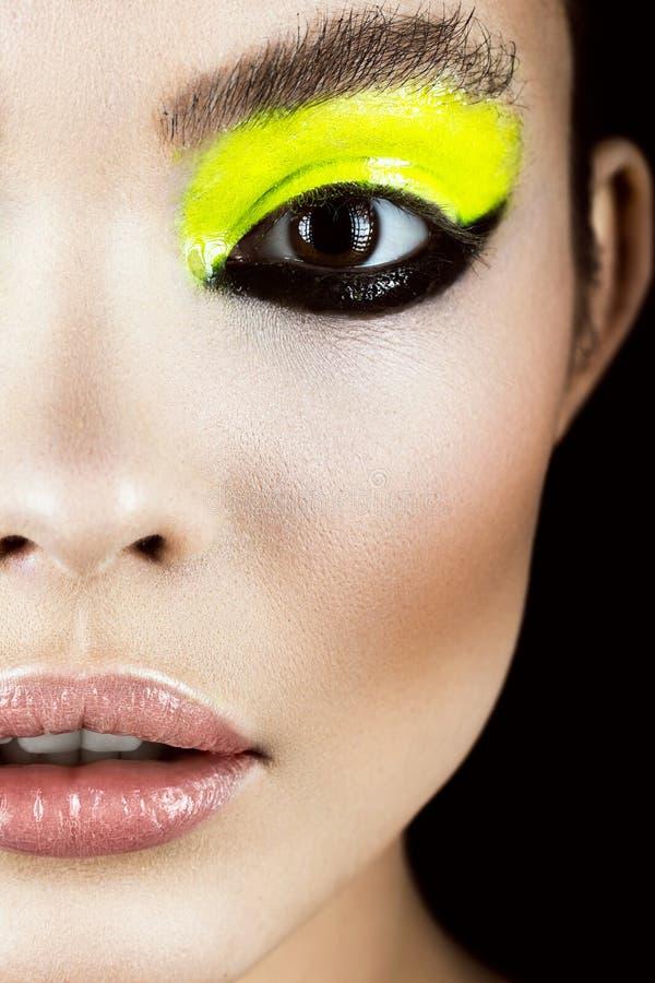 Close-upportret van meisje met geel en zwart samenstellings creatief art. Het Gezicht van de schoonheid stock foto