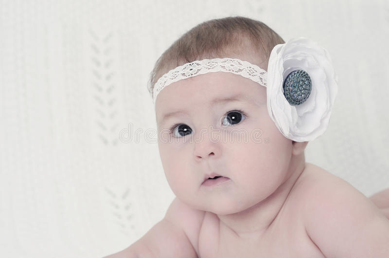 Close-upportret van mooi babymeisje met bloem royalty-vrije stock foto