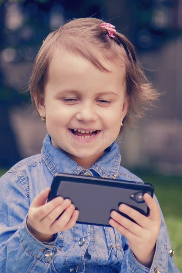 Close-upportret van mooi gelukkig weinig kindmeisje die spreken royalty-vrije stock foto